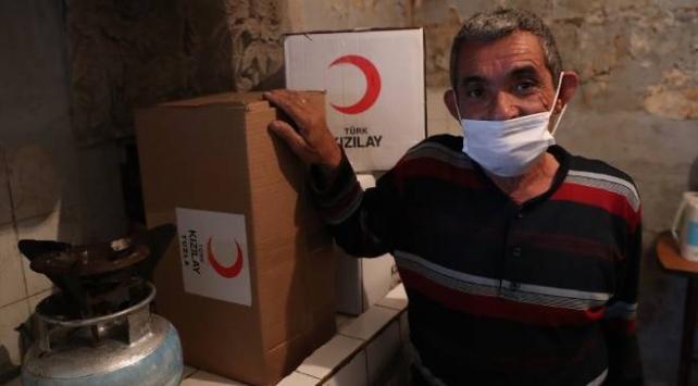Zihinsel engelli depremzedenin yüzü Türk Kızılayın yardımıyla güldü