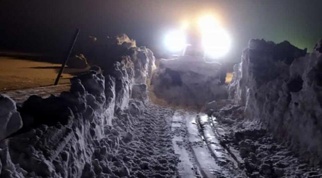 Yüksekovada askeri üs bölgesinin kardan kapanan yolu açıldı