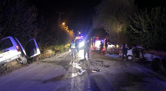 Antalyada otomobil ile ticari araç çarpıştı: 3 ölü, 2 yaralı