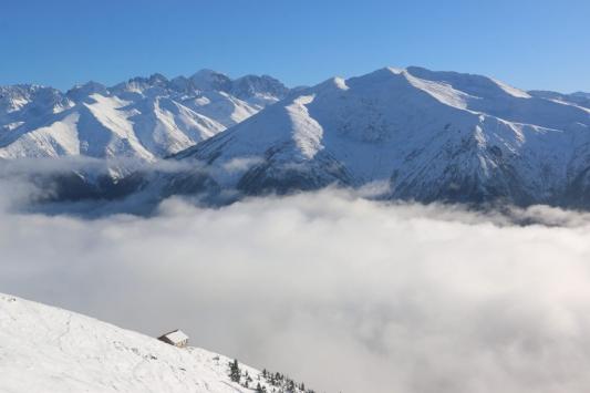 """Kaçkar Dağları yaylalarında """"bulut denizi"""" ve kar görenleri büyülüyor"""