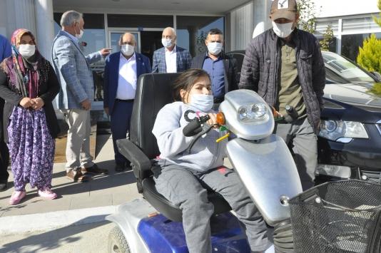 Afyonkarahisarda 12 yaşındaki bedensel engelli kıza akülü sandalye hediye edildi