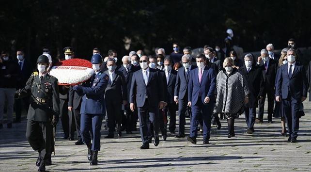Bakan Çavuşoğlu ve büyükelçilerden Anıtkabire ziyaret