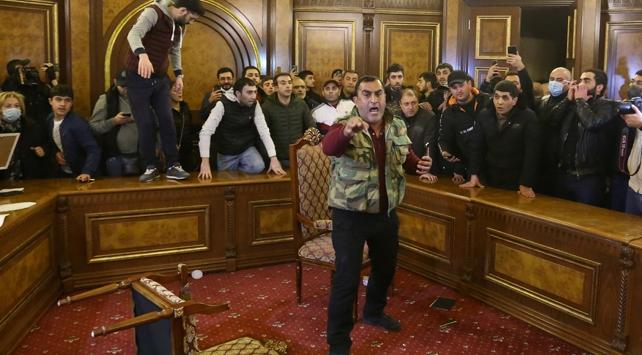 Ermenistanda halk parlamentoyu bastı, Paşinyanın odasına girdi