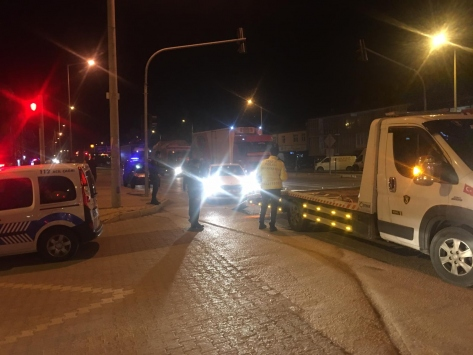 Konyada çamurla aracın plakasını kapatan sürücü ehliyetsiz çıktı