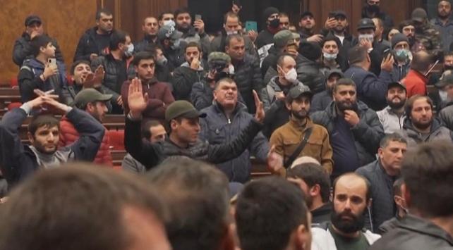 Ermenistan gergin: Meclis başkanı dövüldü, Paşinyanın eşyaları çalındı