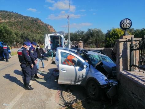 Çanakkalede otomobil duvara çarptı: 3 ölü, 1 yaralı