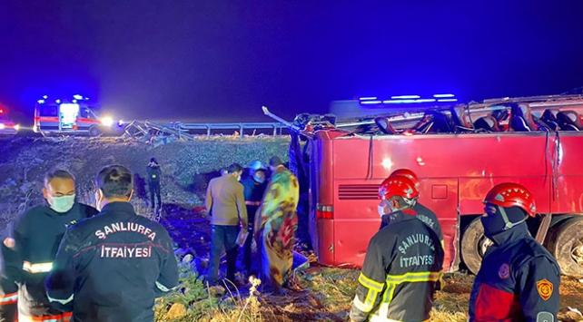 Şanlıurfada turistleri taşıyan otobüs devrildi