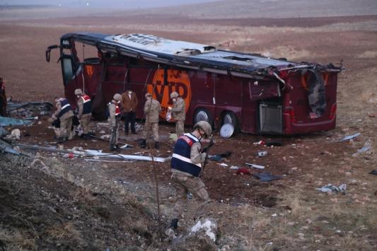 Şanlıurfada Irak uyrukluları taşıyan yolcu otobüsü devrildi: 17 yaralı