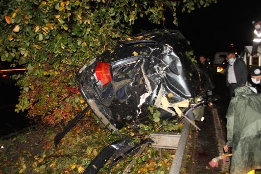 Samsunda otomobil aydınlatma direğine çarptı: 3 yaralı