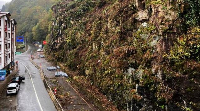 Rizede kaya riskine karşı yamaçlara çelik ağ