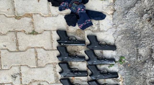 Çoraplara sakladığı 8 silahla yakalanan zanlı gözaltına alındı