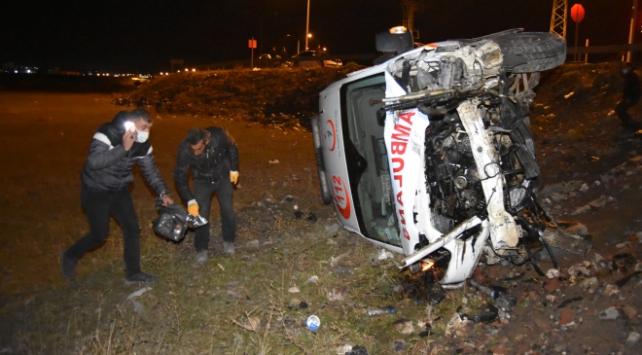 Karsta ambulans ile otomobil çarpıştı: 4 yaralı