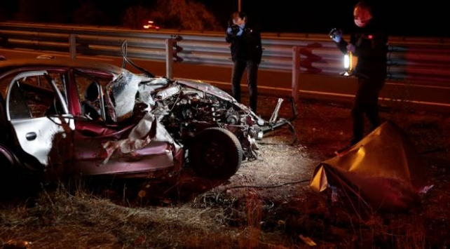 Başkentte otomobil refüje çarptı: 2 ölü, 5 yaralı