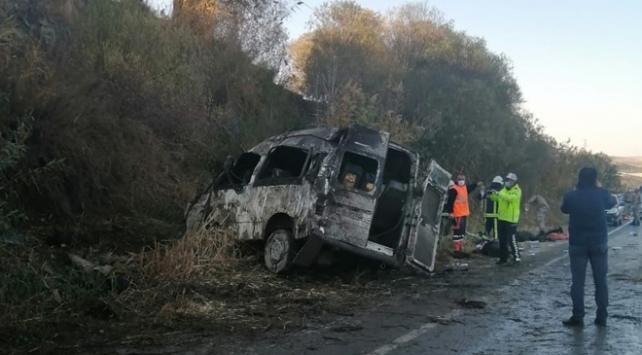 Düzensiz göçmenleri taşıyan minibüs devrildi: 2 ölü, 29 yaralı
