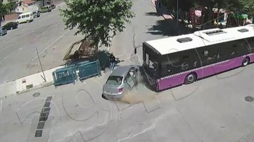 Otobüs ile otomobil çarpıştı, genç kız ezilmekten son anda kurtuldu