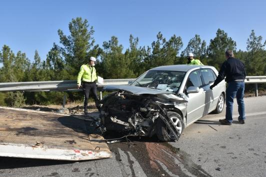 Boyabatta otomobil bariyere çarptı: 1 yaralı