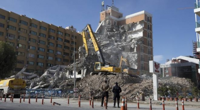 İzmirde ağır hasarlı binaların yıkımı sürüyor