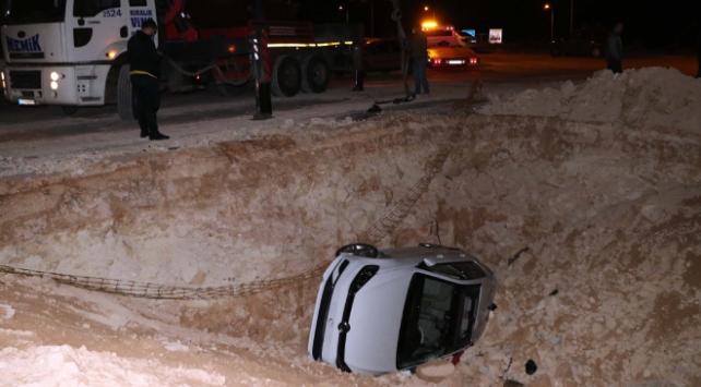 Gaziantepte otomobil kanalizasyon çukuruna düştü: 3 yaralı