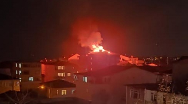 Kocaelinde 4 katlı binanın çatısında yangın