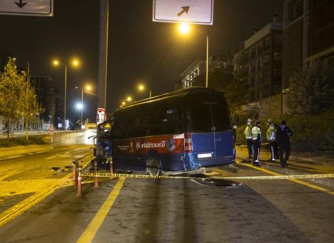 Başkentte dolmuş yön levhası direğine çarptı: 1 ölü, 1 yaralı