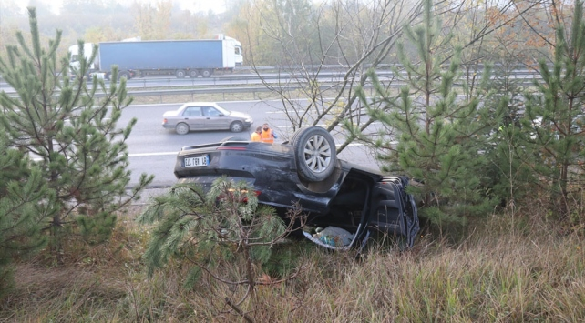Anadolu Otoyolunda otomobil devrildi: 3 yaralı