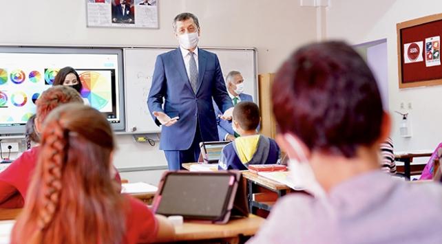 Bakan Selçuk: Salgının yükselişi eğitimi zora sokuyor, kurallara uyalım