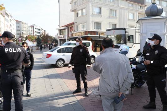 Boluda polis ekipleri sigara içen ve maske takmayanlara ceza uyguladı