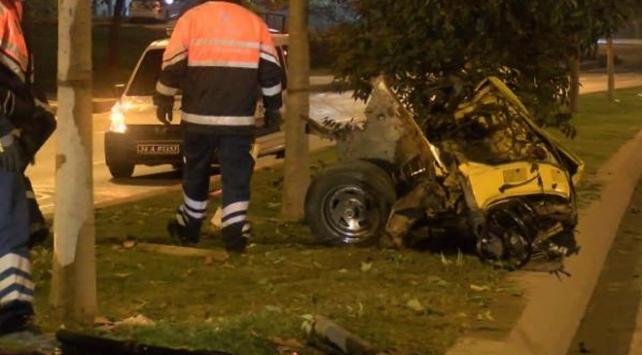 Ağaca çarpan otomobil ikiye bölündü: 1 yaralı