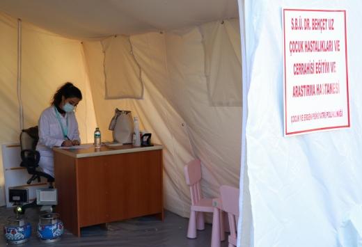 Bir yılda iki büyük deprem yaşayan doktor çadır kentte çocuklar için mesai yapıyor