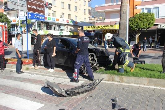 Alanyada otomobil motosiklete ve yayaya çarptı: 2 yaralı