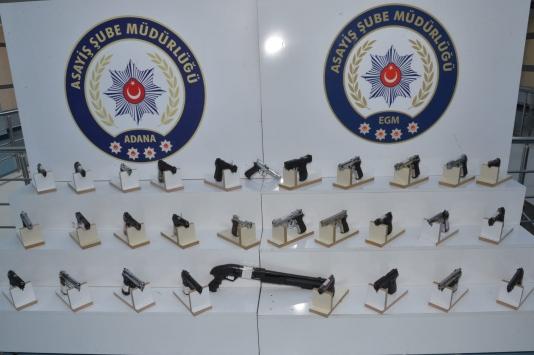 Adanada polis denetimlerinde 66 silah ele geçirildi