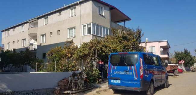 İzmirde boğazından bıçaklanan kadın yaşamını yitirdi