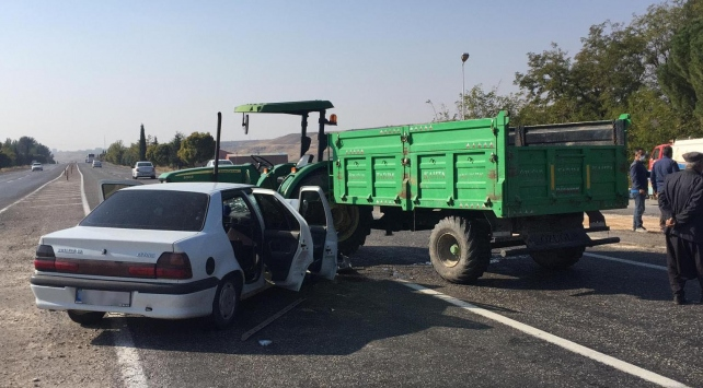 Adıyamanda traktör ile otomobil çarpıştı: 3 yaralı