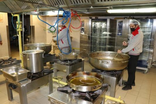 SDÜ Kovid-19a yakalanan personeline sıcak yemek ikram ediyor