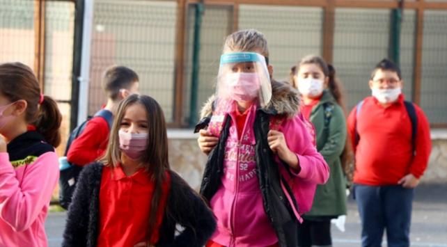 Bilim Kurulu Üyesi İlhan: Okulların açılmasına hasta sayısına bakarak karar verilecek