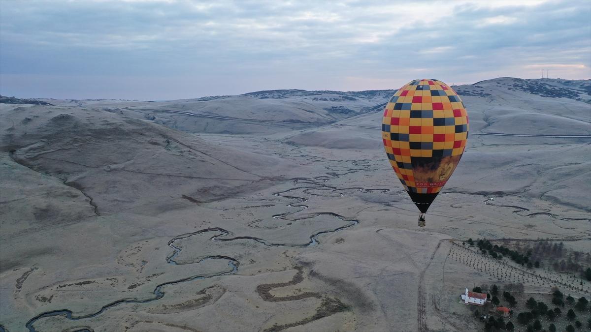 Bu kapsamda gerçekleştirilen deneme uçuşuyla sıcak hava balonu, mendereslerin üzerinde yaklaşık bir saat tur atarak güzel görsel oluşturdu.