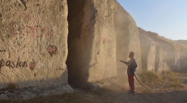 Utanç yazıları siliniyor: Lütfen aşkınızı dağa taşa değil, gönlünüze yazın