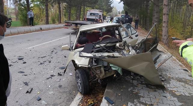 Afyonkarahisarda kamyonetle otomobil çarpıştı: 3 yaralı