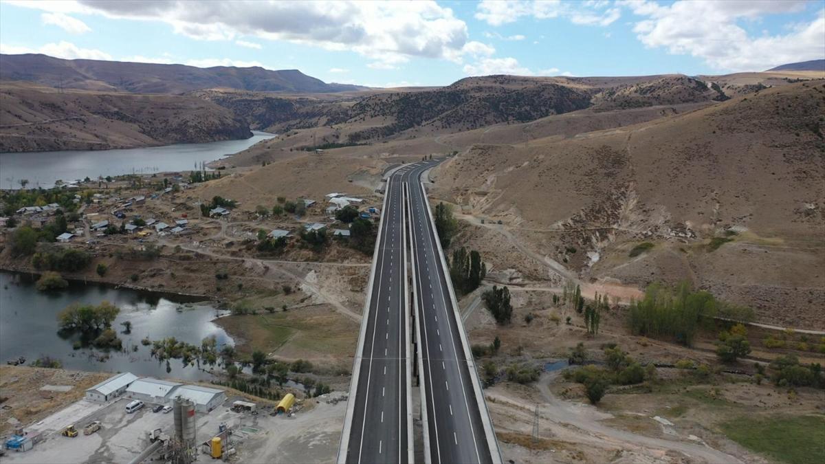 Sarıkamış sınırlarında inşa edilen Karakurt Barajı nedeniyle 21 Nisan 2020`de Sarıkamış-Horasan kara yolu ulaşıma kapatılarak Karaurgan köyü üzerindeki alternatif yol kullanılmaya başlandı.