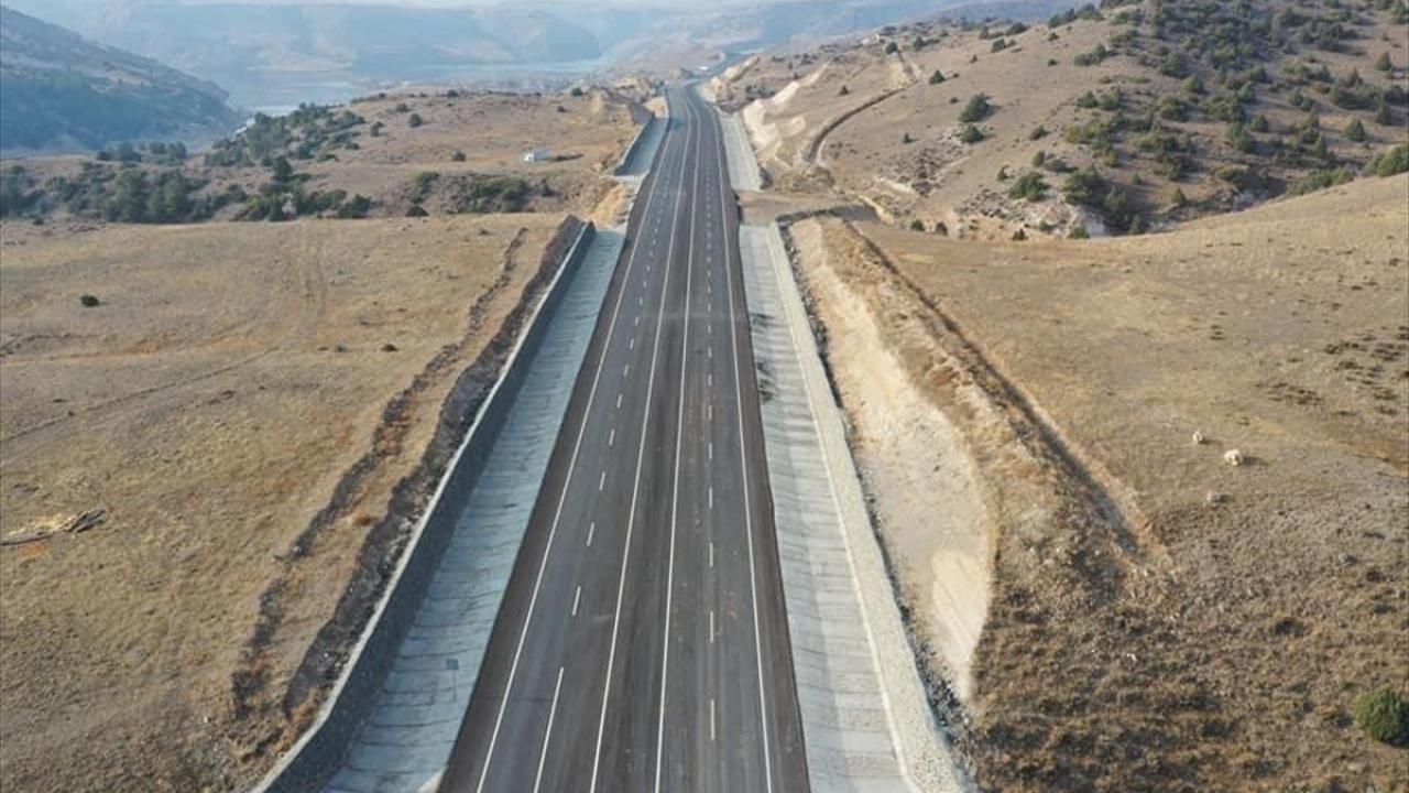 Yolu kullanmaya başlayan sürücülerden Çetin Yaray da gazetecilere yaptığı açıklamada, bugün bir kısmı açılan yolu kullanmaya başladıklarını ve yolun çok güzel olduğunu ifade etti.