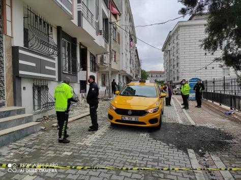 Taksinin altında sıkışıp sürüklenen çocuk ağır yaralandı