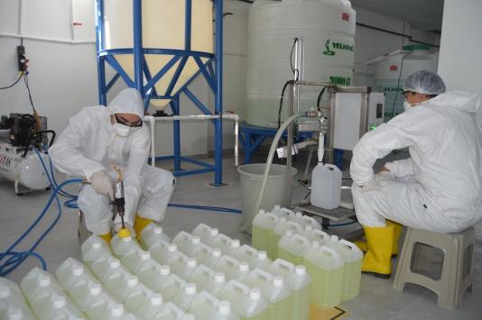 Bartında lisede kurulan laboratuvarda günde 5 ton dezenfektan üretiliyor
