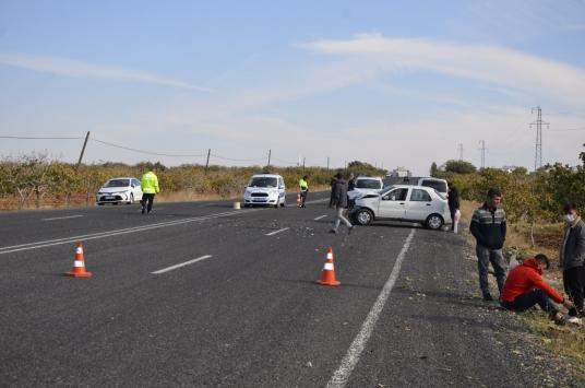 Şanlıurfada hafif ticari araç ile otomobil çarpıştı: 1 yaralı