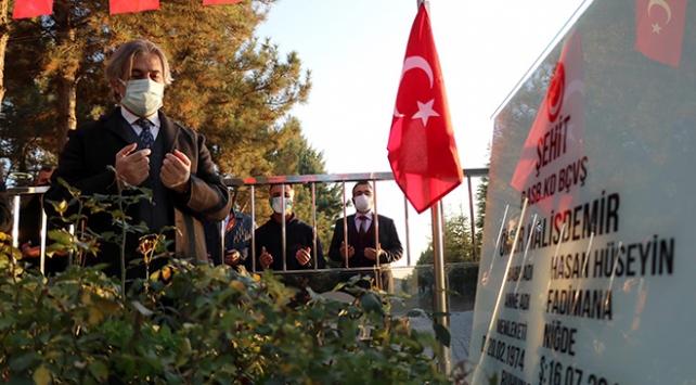 Bakan Yardımcısı Demircan, şehit Ömer Halisdemirin kabrini ziyaret etti