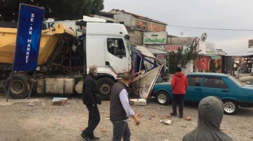 Hafriyat kamyonu 11 araca çarptı