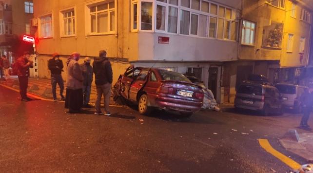 İstanbulda bir otomobil 6 araç ve duvara çarparak durdu