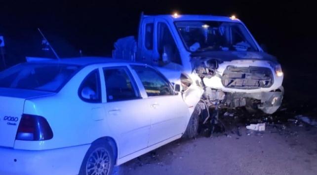 Burdurda otomobil ile kamyonet çarpıştı: 6 yaralı
