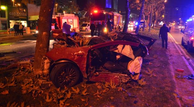 Ağaca çarpan otomobil parçalara ayrıldı