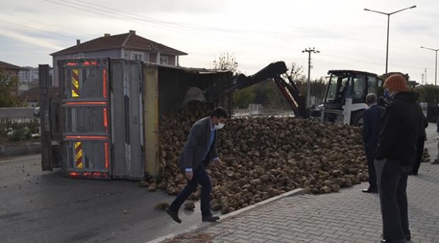 Tır traktörle çarpıştı, binlerce pancar yola döküldü