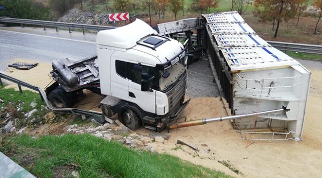 Tır yan yattı: D300 karayolu İzmir istikameti trafiğe kapandı